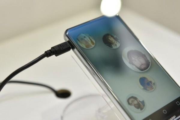 Corner R: lo smartphone di Sharp senza cornici è spettacolare